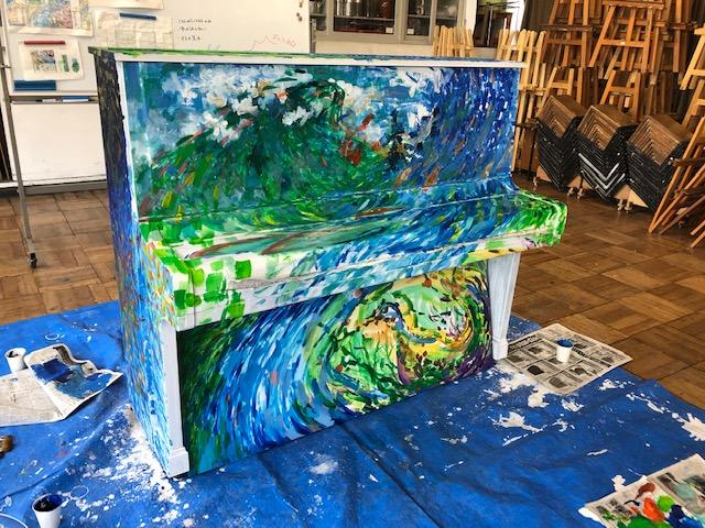 塗装半ばのピアノ